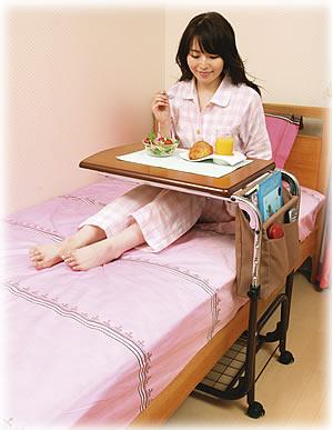 待望の差し込みタイプベッドサイドテーブル